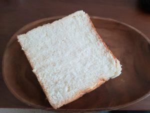 乃がみの食パンを食べる
